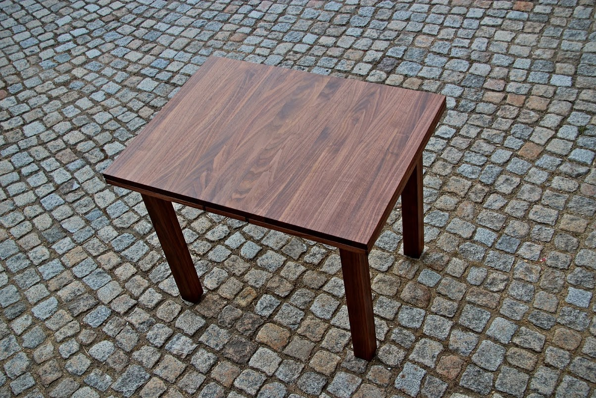 tisch aus nussbaum mit zwei integrierten. Black Bedroom Furniture Sets. Home Design Ideas