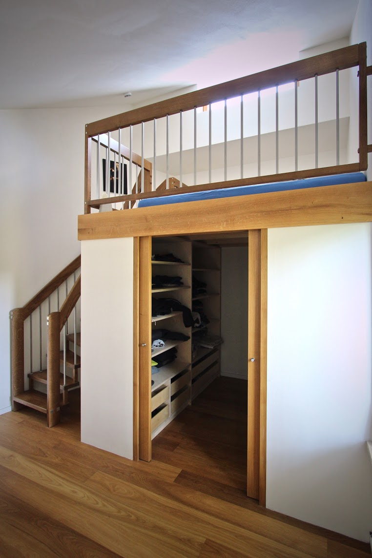 Hochbett mit begehbarem kleiderschrank  Begehbarer Kleiderschrank und Galerie (Geländer und Treppe ...