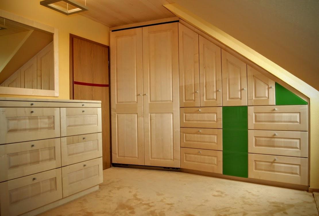 einbauschrank aus ahorn mit kommode spiegel und deckenverkleidung sinnesmagnet. Black Bedroom Furniture Sets. Home Design Ideas
