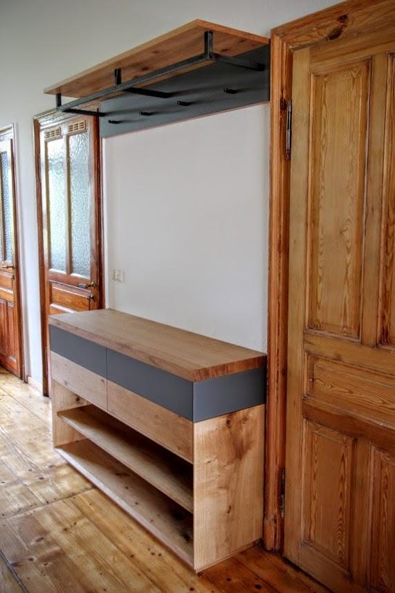 eichegarderobe mit lackiertem glas und garderobenstange aus rohstahl sinnesmagnet. Black Bedroom Furniture Sets. Home Design Ideas