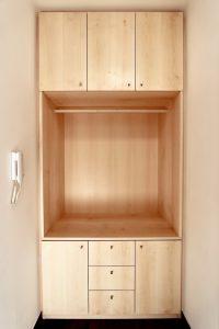 einbaugarderobe aus ahorn mit wei pigmentiertem l oberfl chenveredelt sinnesmagnet. Black Bedroom Furniture Sets. Home Design Ideas