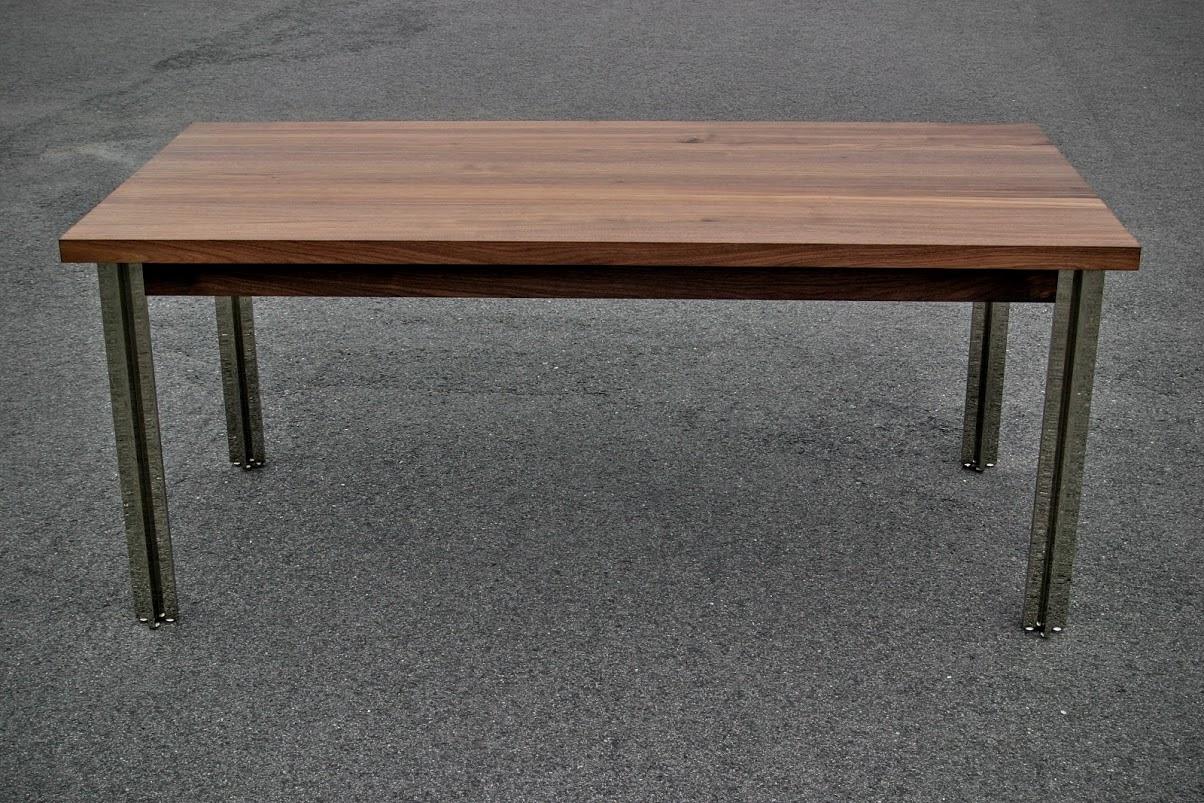 Design tisch aus nussbaumholz mit verchromten tischbeinen for Konferenztisch design
