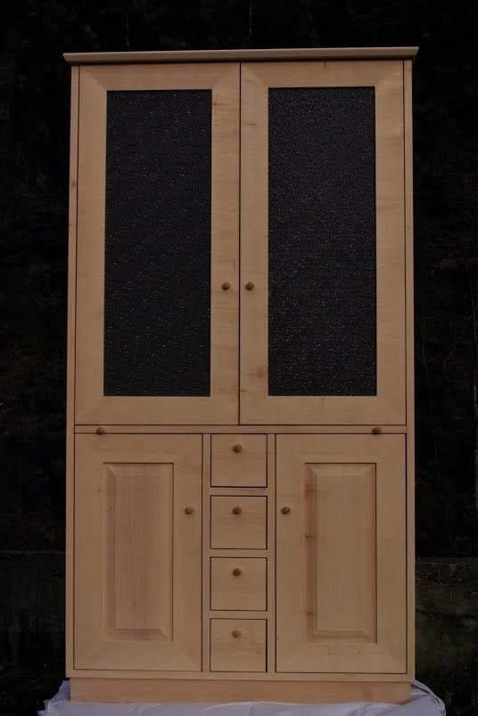 geschirrschrank aus ahorn mit ausziehbarer anrichte sinnesmagnet. Black Bedroom Furniture Sets. Home Design Ideas
