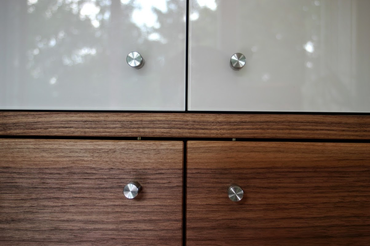detail nussbaumholz und lackiertes glas sinnesmagnet. Black Bedroom Furniture Sets. Home Design Ideas