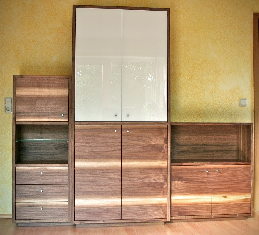 schrank aus nussbaum mit wei lackierten glast ren sinnesmagnet. Black Bedroom Furniture Sets. Home Design Ideas