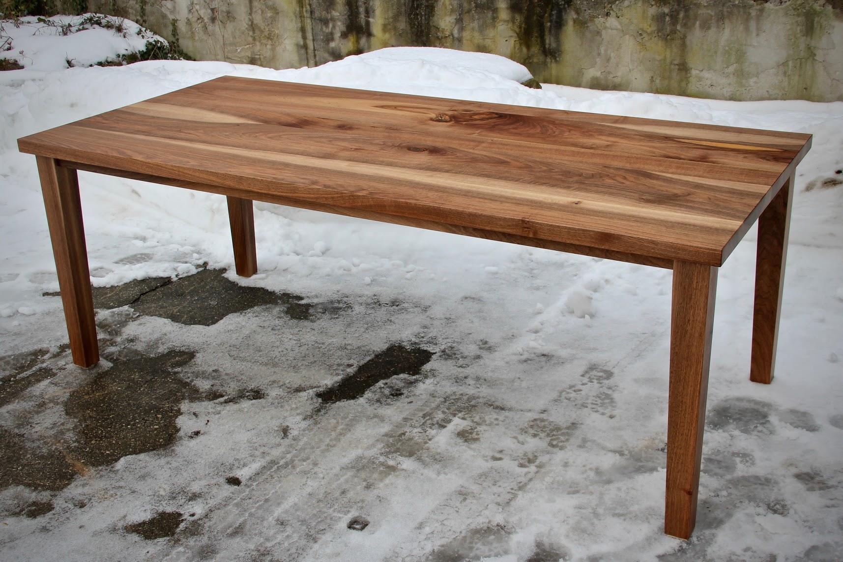 dieser tisch ist aus dem holz eines nussbaumes der einem. Black Bedroom Furniture Sets. Home Design Ideas