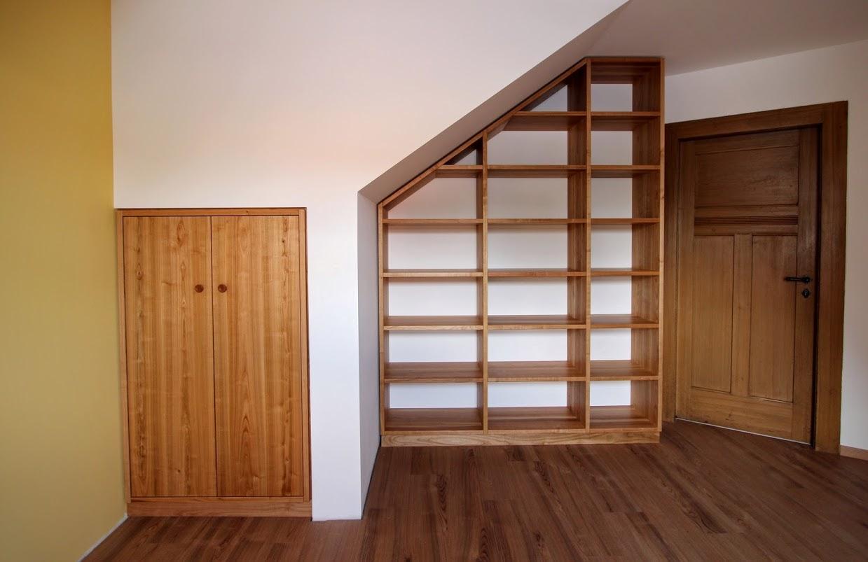 Regal unter Dachschräge und Einbauschrank aus Kirschbaumholz ...
