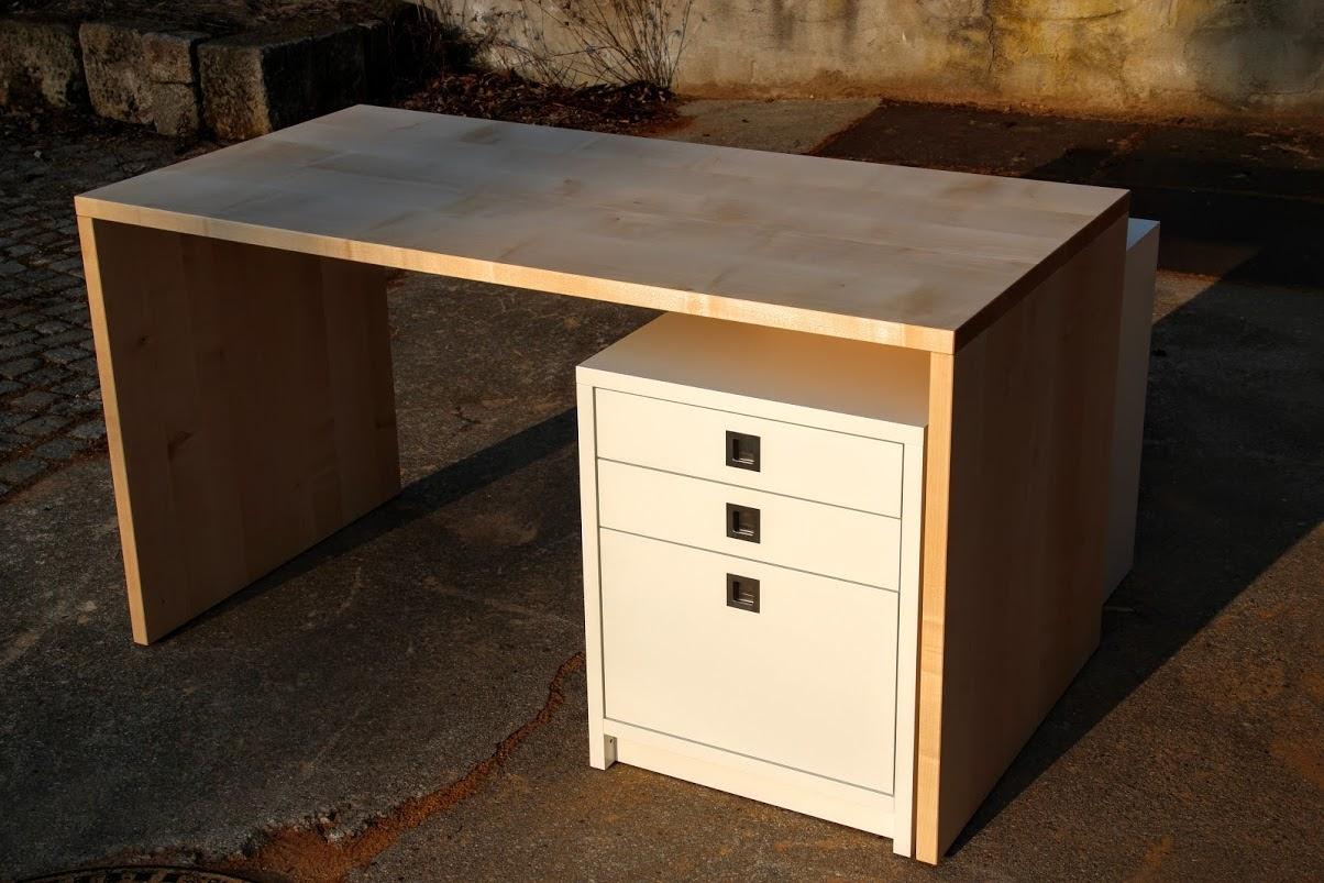 Schreibtisch aus ahorn mit schubkastenturm aus lackiertem for Schreibtisch aus ahorn