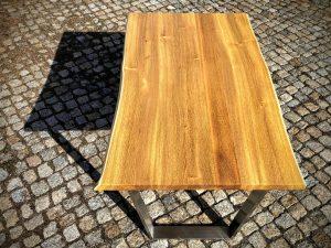 Tisch aus Robinienholz mit Baumkante geschwungene Waldkante Unikat Möbel aus Massivholz