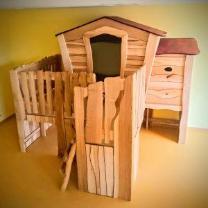 Kindergartenausstattung Spielhaus Hochebene und Schlafhöhle Massivholz